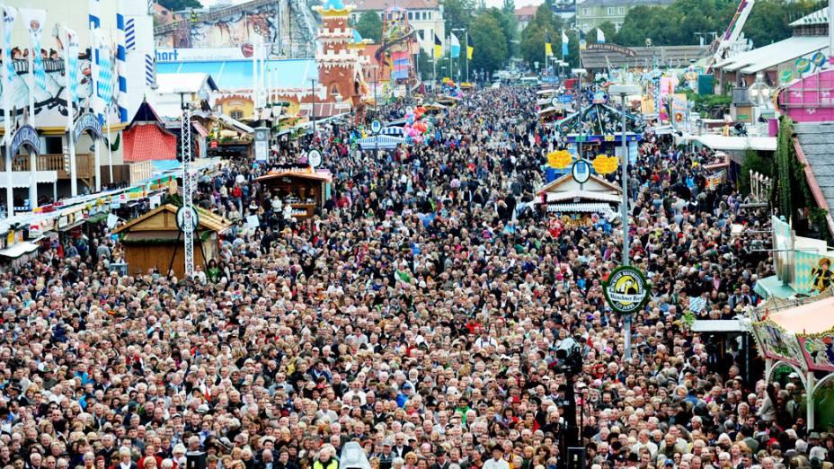 Pessoas se reúnem para apresentação de um concerto no 180° Oktoberfest em Munique, na Alemanha