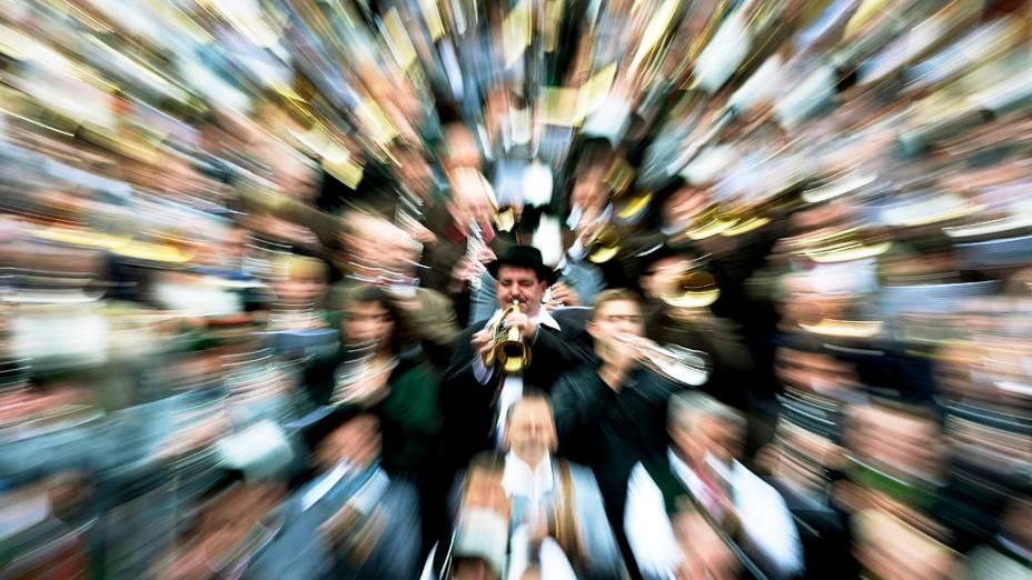 Músicos vestidos com trajes tradicionais participam de um concerto no 180° Oktoberfest em Munique, na Alemanha