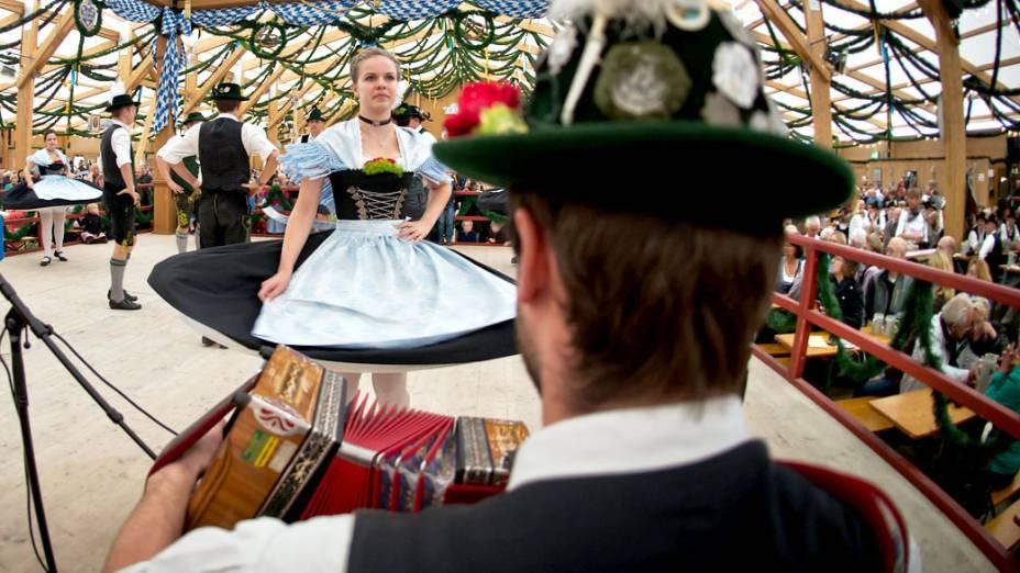 Grupo de dança tradicional se apresenta no 180° Oktoberfest em Munique, na Alemanha