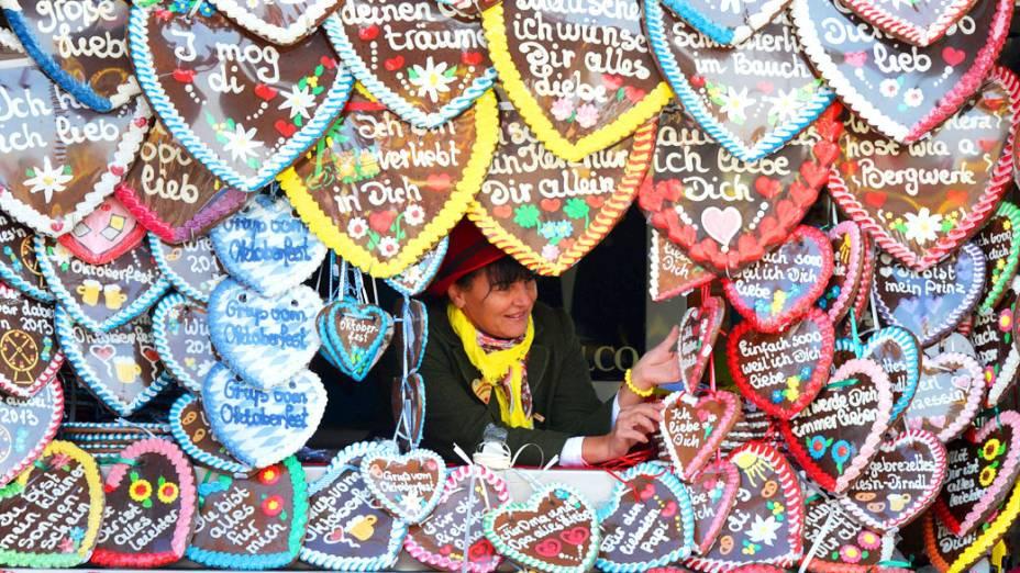 Mulher vende corações de gengibre durante o segundo dia do 180° Oktoberfest em Munique, na Alemanha