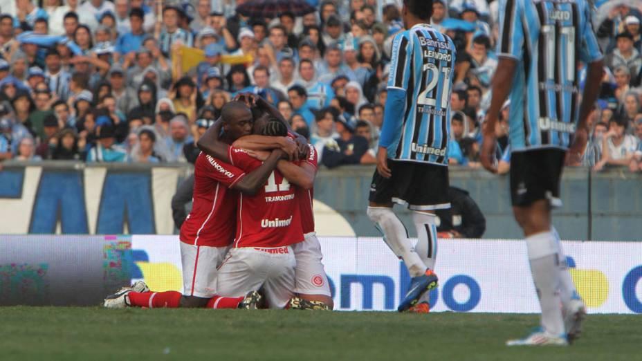 Jogadores do Internacional comemoram gol contra o Grêmio, durante o segundo jogo das finais do Campeonato Gaúcho - 15/05/2011