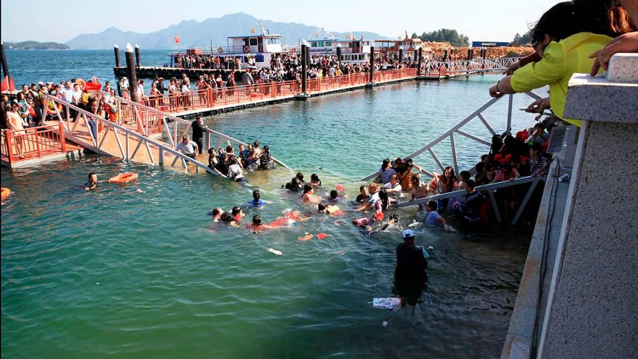 Ponte recém construída de acesso a um parque cede derrubando turistas na água em Lushan Mountain, província de Jiangxi. Ninguém ficou gravemente ferido, na China