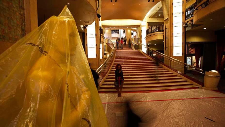 Estátua do Oscar é coberto com plástico durante os preparativos para a premiação da academia em Hollywood, Califórnia