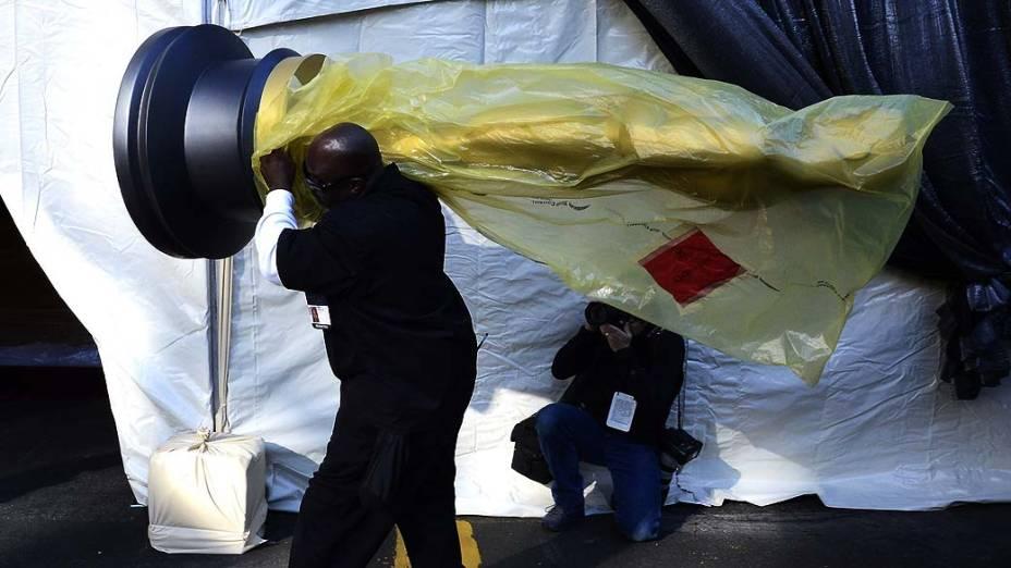 Trabalhador carrega estátua do Oscar durante os preparativos para a premiação da academia em Hollywood, Califórnia