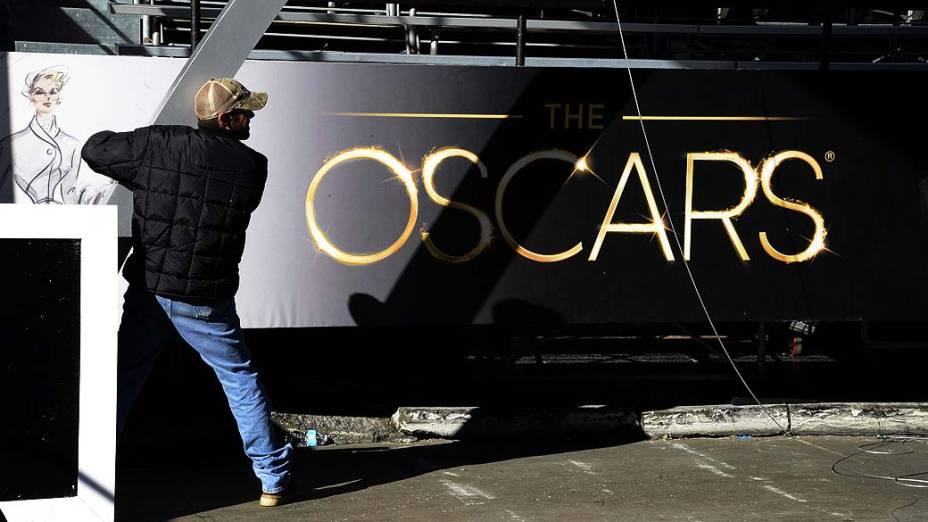 Homem trabalha no Dolby Theater para preparação da cerimônia de premiação do Oscar, em Hollywood, Califórnia