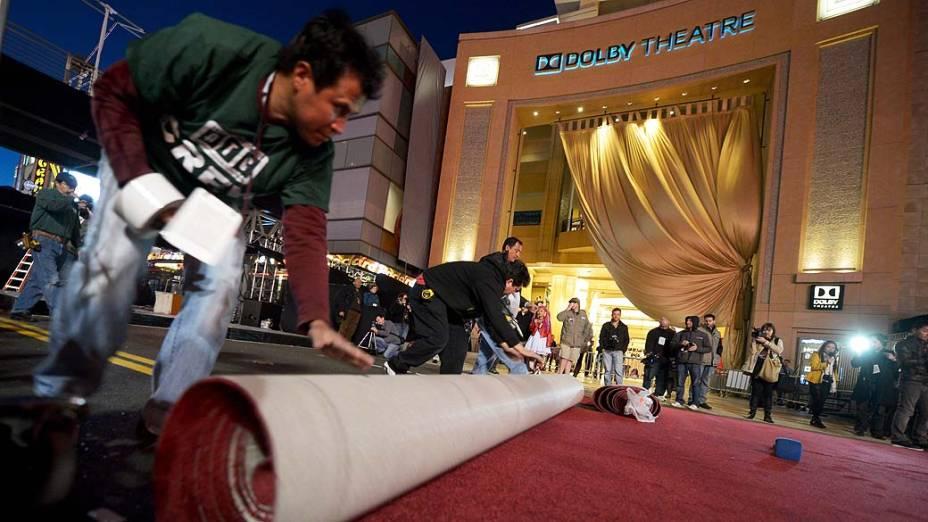 Tapete vermelho  é desenrolado para a premiação do Oscar em frente ao Dolby Theater em Hollywood, Califórnia