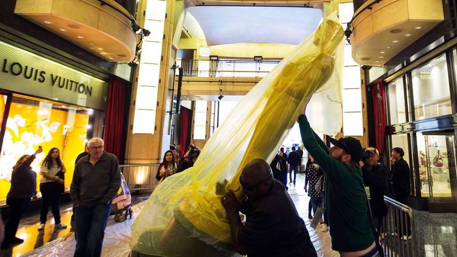 Trabalhadores carregam estátua do Oscar durante os preparativos para a premiação da academia em Hollywood, Califórnia