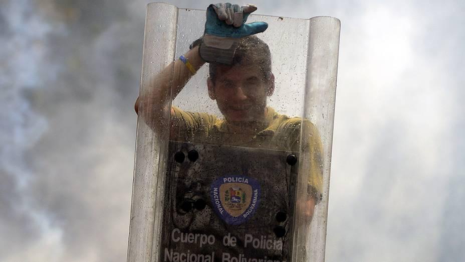 Estudante venezuelano usou escudo da polícia durante protesto contra o governo do presidente Nicolás Maduro, em Caracas