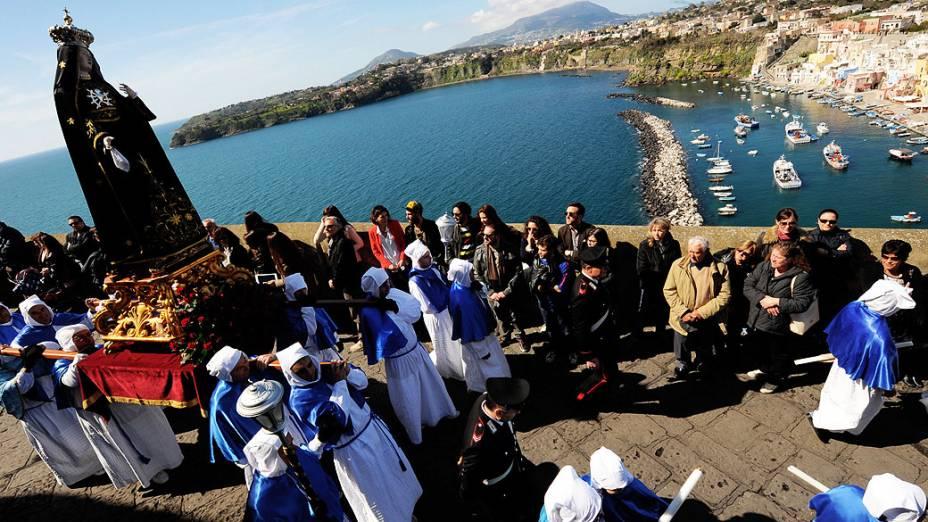 Penitentes realizam procissão de Sexta-feira Santa no sul da ilha de Procida, no golfo de Nápoles, Itália