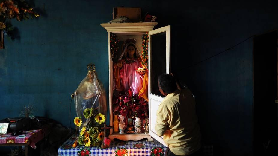 Membro da Irmandade de Santa Lucia se prepara para participar da procissão Jesus de Nazaré, na cidade de Izalco, em El Salvador
