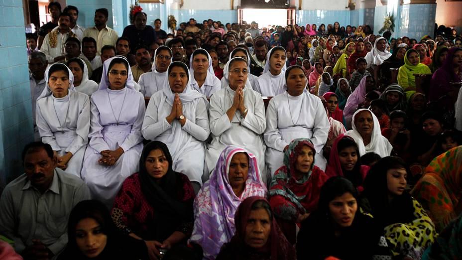 Mulheres participam de culto da Sexta-feira Santa na Igreja Santo Antônio, em Lahore, no Paquistão