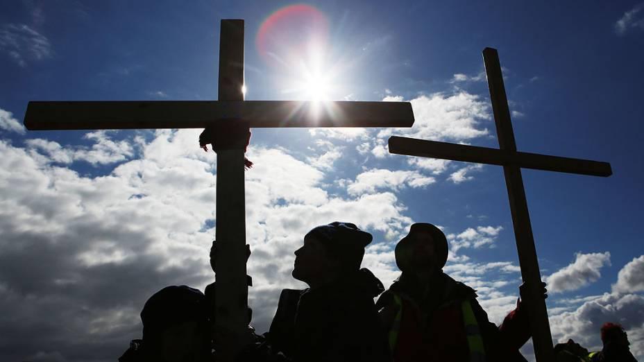 Fiéis carregam cruzes durante peregrinação da Cruz do Norte, na Ilha de Northumbria, no norte da Inglaterra