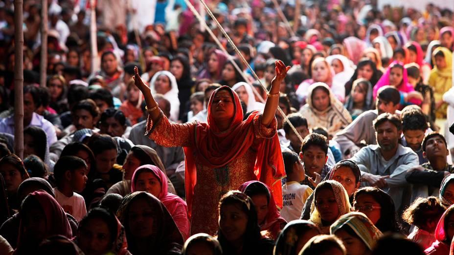 Cristãos participam de culto da Sexta-feira Santa na Igreja Santo Antônio, em Lahore, no Paquistão
