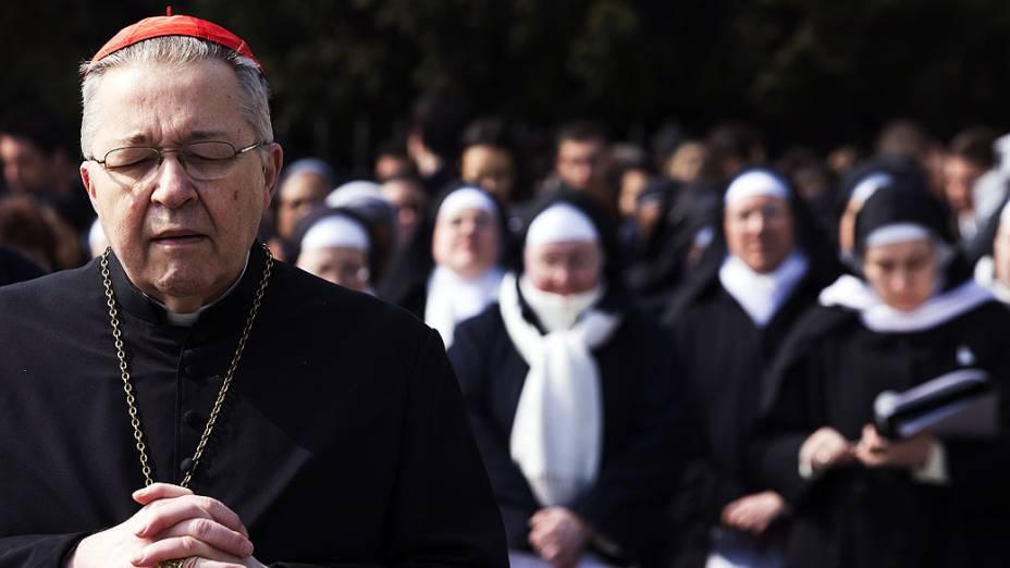 Arcebispo, André Vingt-Trois reza em frente à Basílica de Sacré-Coeur em Montmartre, em Paris