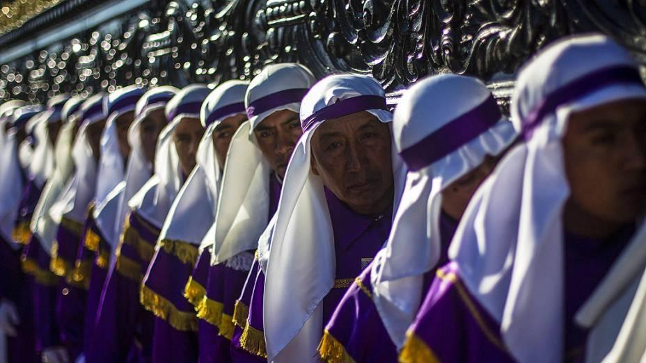 Fiéis participam de cerimônica religiosa na Guatemala