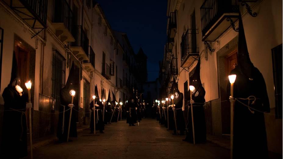 FIéis da Irmandade do Senhor de Santo Cristo do Silêncio caminham durante uma procissão da Semana Santa, na Espanha