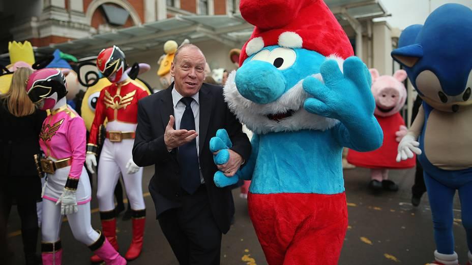 Mascotes de personagens de desenhos animados participam da feira anual de brinquedos em Londres