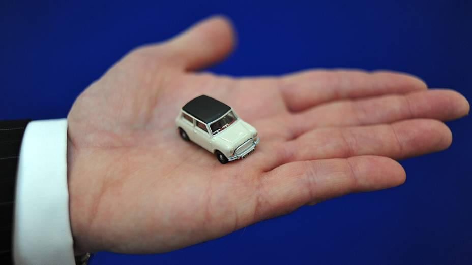 Vendedor com miniatura de um carro Mini durante a feira anual de brinquedos de Londres