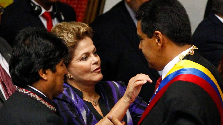 Dilma Rousseff cumprimenta Nicolás Maduro durante cerimônia de posse, em Caracas