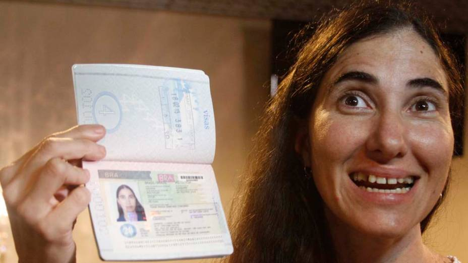 Yoani Sánchez mostra passaporte ao desembarcar em Recife, em 18/02/2013