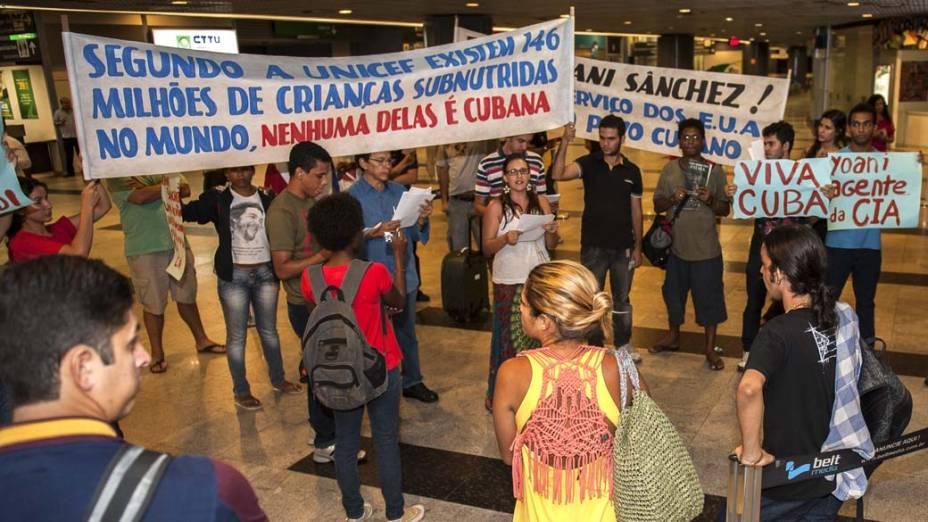 Manifestantes no aeroporto internacional de Guarapes, em Recife
