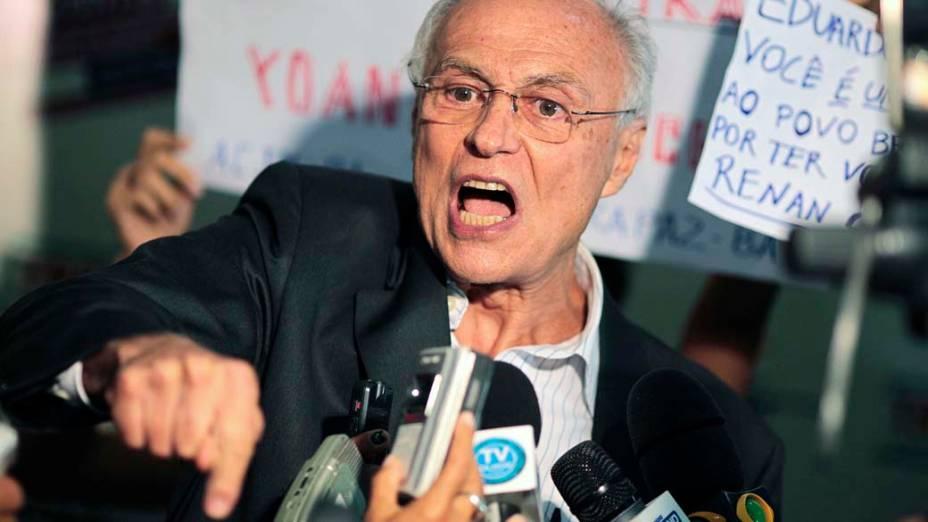 Senador Eduardo Suplicy discursa para membros da juventude socialista, durante debate em Feira de Santana, Bahia