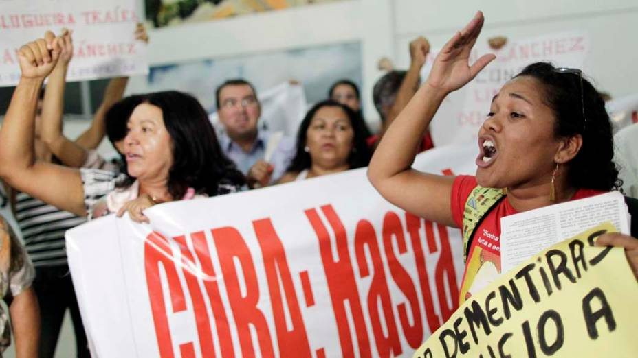 Manifestantes durante a chegada de Yoani Sánchez, em Feira de Santana, Bahia