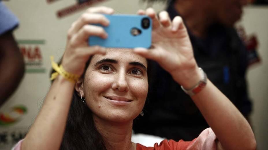 A cubana Yoani Sánchez tira foto durante sua visita ao Brasil, em 19/02/2013