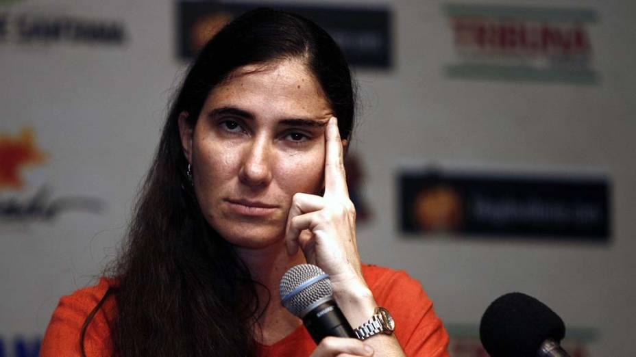 A blogueira Yoani Sánchez fala durante uma coletiva de imprensa, em Feira de Santana, Bahia