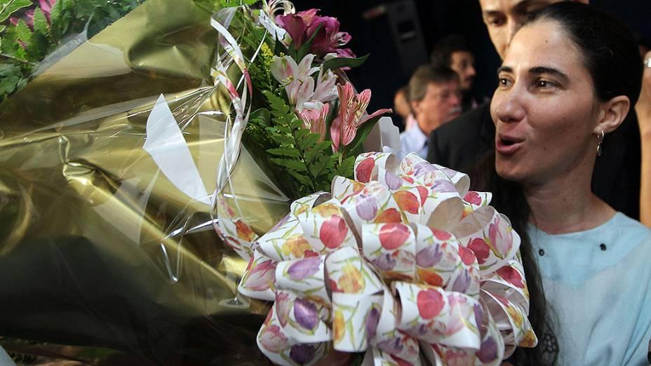 Blogueira cubana Yoani Sánchez, recebe flores antes da coletiva de imprensa em São Paulo