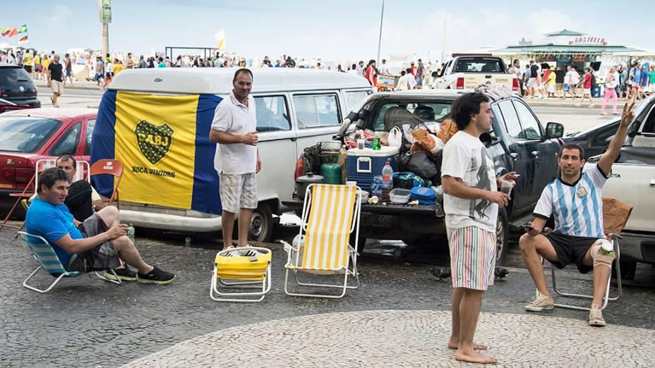 Argentinos estacionam seus carros na orla de Copacabana, no Rio