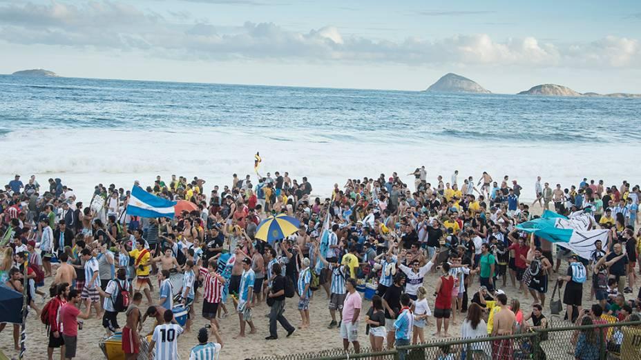 Argentinos fazem festa na praia de Copacabana, no Rio