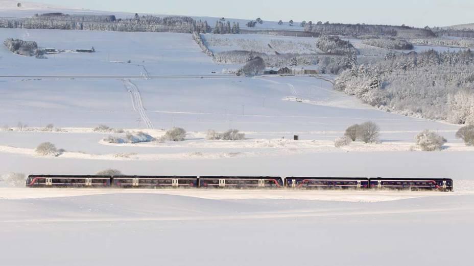 Trem passa pela cidade de Greenloaning, na Escócia