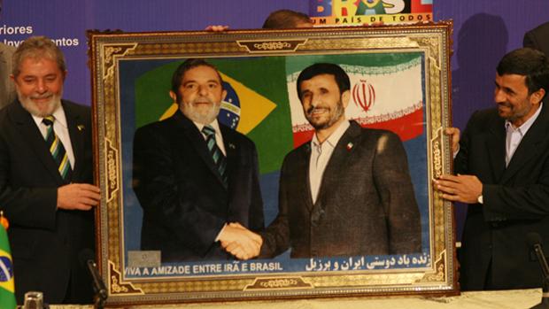 Os presidentes do Brasil, Luiz Inácio Lula da Silva, visita o colega iraniano, Mahmoud Ahmadinejad, para acordo pelo qual o país aceita a troca de 1200 quilos de urânio levemente enriquecido por 120 quilos de urânio a 20%