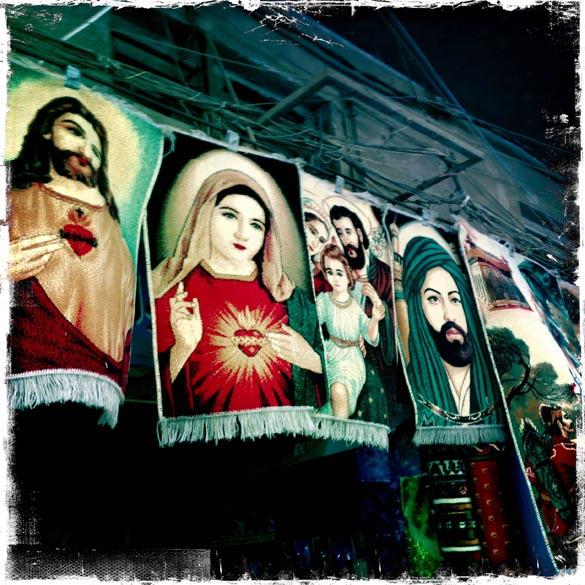 Tapetes com figuras religiosas cristãs e muçulmanas, à venda em uma loja na capital iraquiana Bagdá