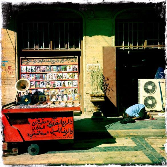 Foto tirada de um IPhone, mostra muçulmano fazendo a reza do meio dia, em Bagdá