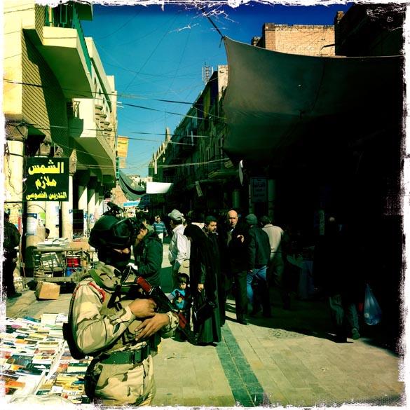 Polícia iraquiana monta guarda na rua de Bagdá