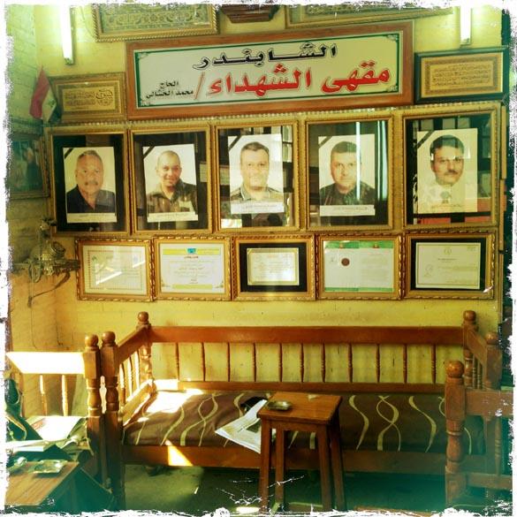 Fotos em um café de Bagdá, dos cinco mortos após a explosão de um carro-bomba em março de 2007