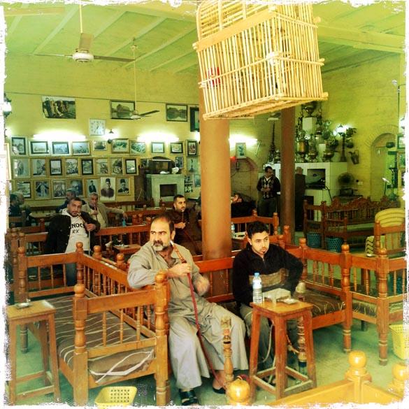 Iraquianos em um dos mais antigos café de Bagdá