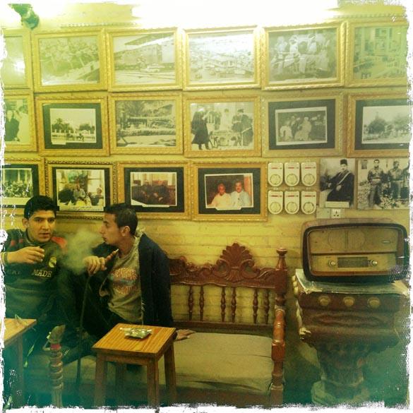 Iraquianos fumam narguilé em um dos cafés mais antigos de Bagdá