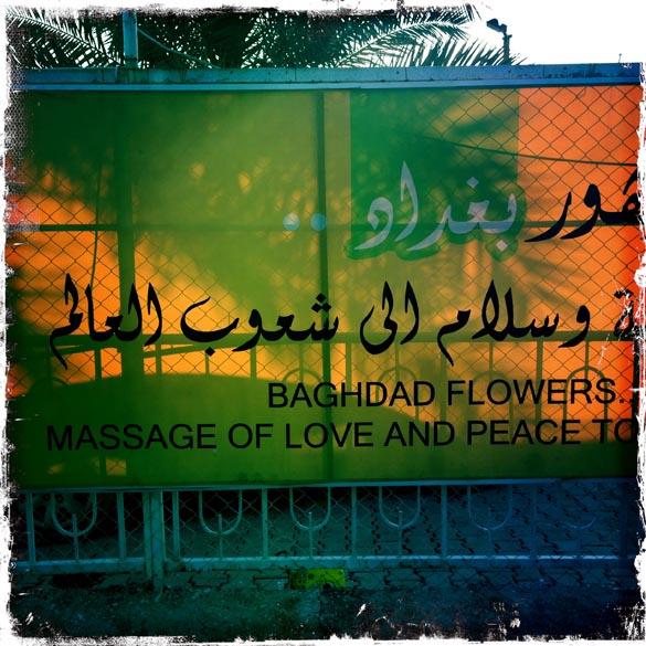 Banner pendurado do lado de fora de um parque em Bagdá