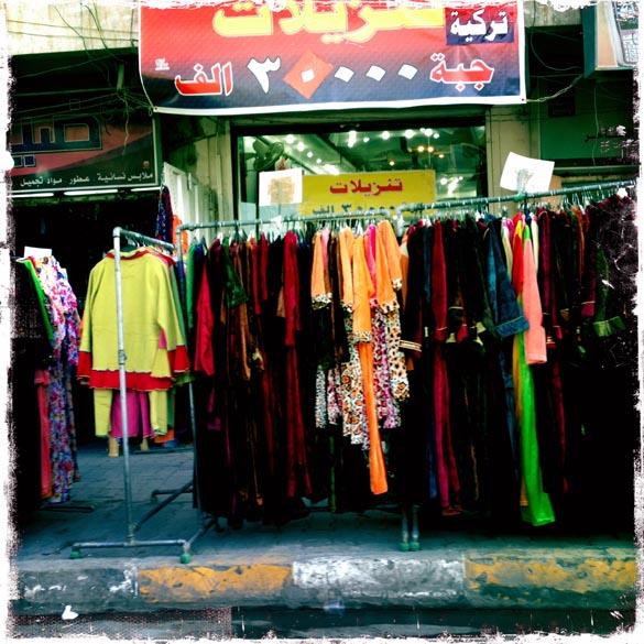Roupas à venda em uma rua de Bagdá