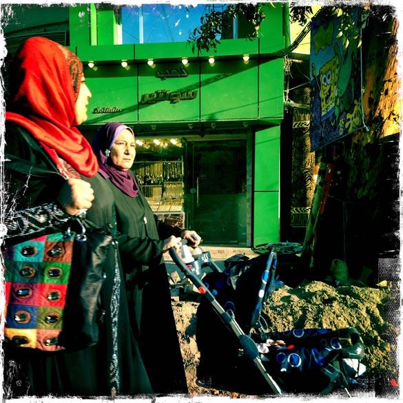 Mulheres iraquianas andam pelas ruas de Bagdá