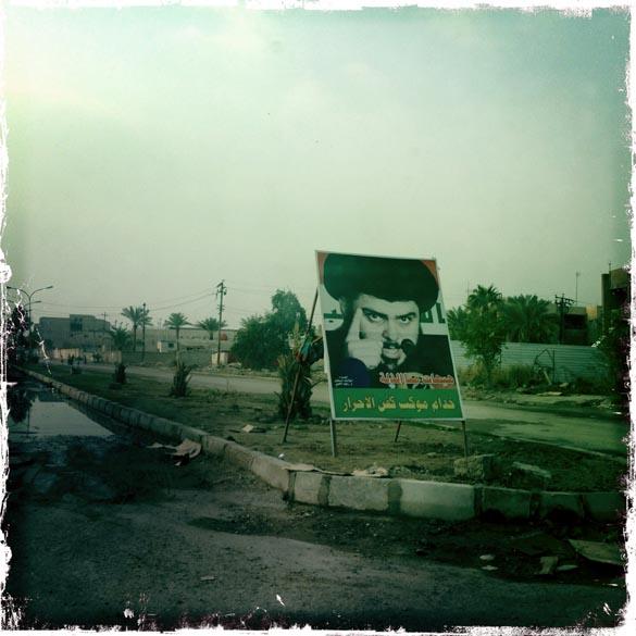 Cartaz do radical xiita Moqtada al-Sadrem Bagdá