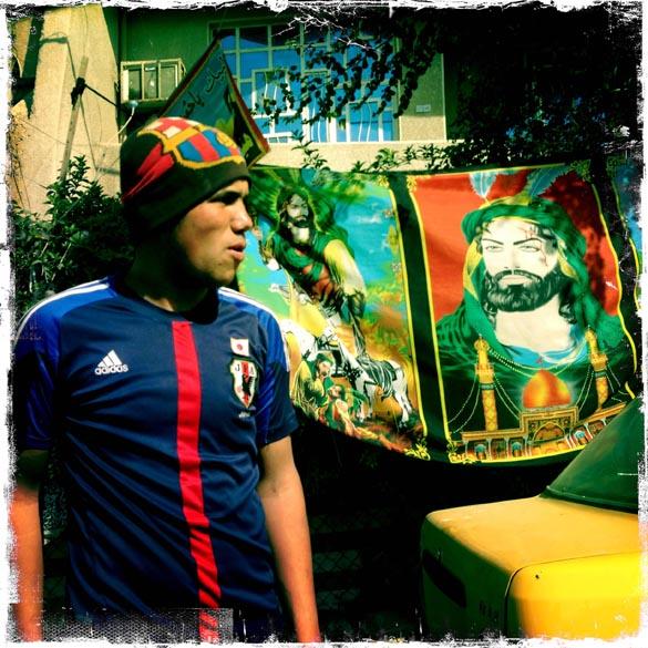 Iraquiano com a camisa da seleção japonesa e um gorro do time espanhol Barcelona em Bagdá