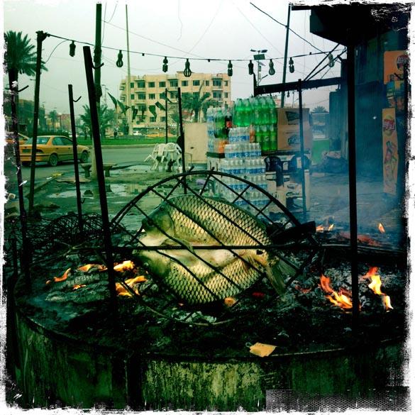 Grelhas assam o Masgouf, prato típico de Bagdá
