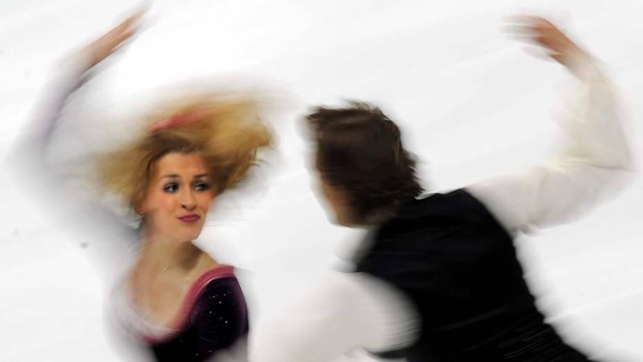 Isabella Tobias e Deividas Stagniunas, da Lituânia, durante as preliminares do Mundial de Patinação Artística em Moscou, Rússia