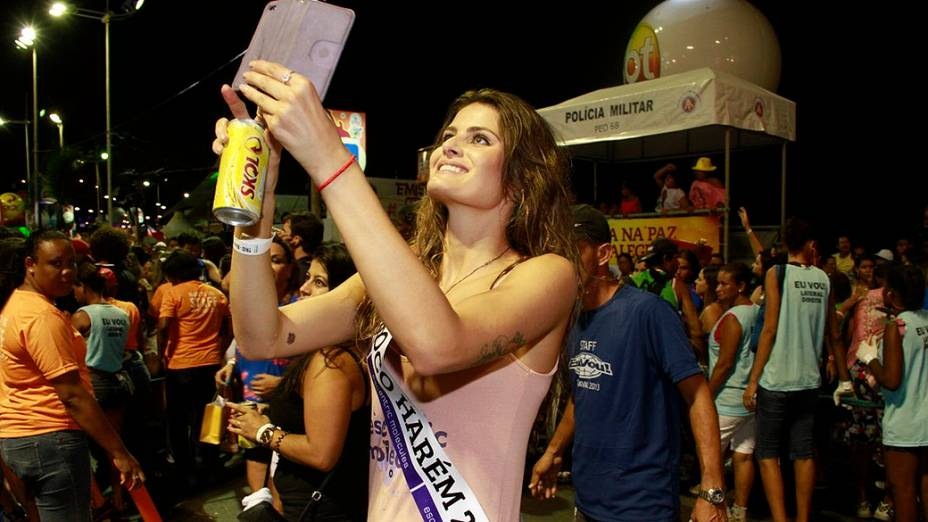 Isabelli Fontana clica os trios elétricos com seu Ipad no bloco Eu Vou/Harém, comandado por Tuca Fernandes, vocalista da banda Jammil e Uma Noites,  no circuito Barra-Ondina, em Salvador