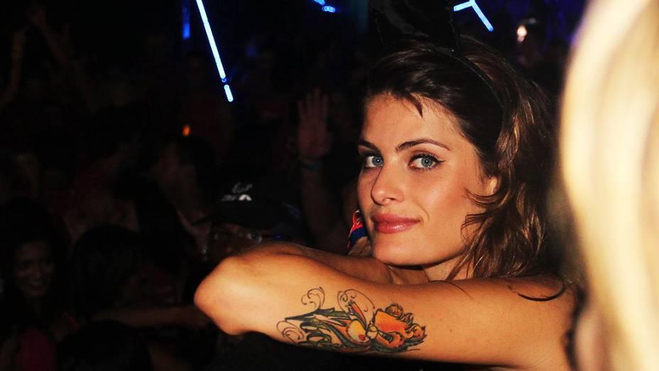 a top Isabeli Fontana foi eleita a rainha do bloco Eu Vou/Harém, comandado por Tuca Fernandes, vocalista da banda Jammil e uma Noites, no Carnaval de Salvador