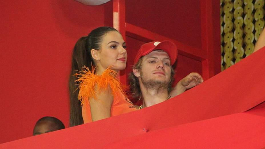 Atriz Isis Valverde com o namorado Tom Rezende no camarote Contigo no circuito Barra Ondina em Salvador
